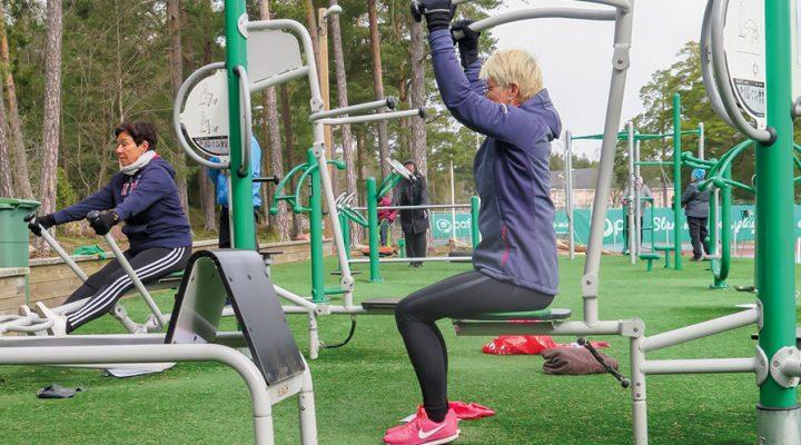 Kerstin Berglund och Nina Lindfors (närmast kameran) deltar i utegymnastiken som ordnas av föreningen Vårt Hjärta och som kan hållas trots begränsningarna på grund av coronaviruset.