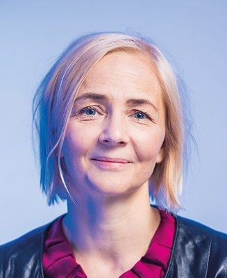 Camilla Lindholm är professor i skandinaviska språk vid Tammerfors universitet och ordförande för referensgruppen för lättläst. Hon har i många år engagerat sig i frågor kring lätt språk och -kommunikation samt högläsning inom omsorgen.